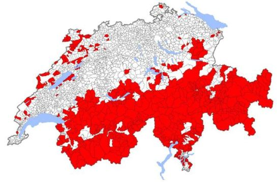 In red, swiss municipalities in which the ratio non permanent dwellings- total dwellings is presumed to be over 20%