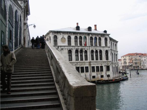 The external façade of the Rialto Bridge