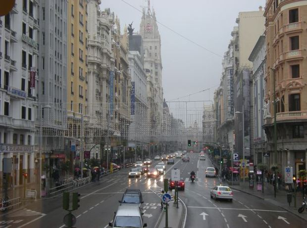 Gran Vía, as seen from the capitol building on a winter day. Cars occupy most of the space, altough walkways are wide (8 meters in many sections)