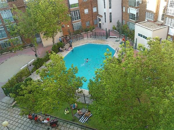A swimming pool in the courtyard of a city block in Madrid Sur